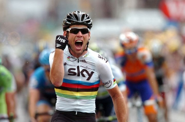 Mark Cavendish powers to victory in stage 18 of 2012 Tour de France. Photo Fotoreporter Sirotti.