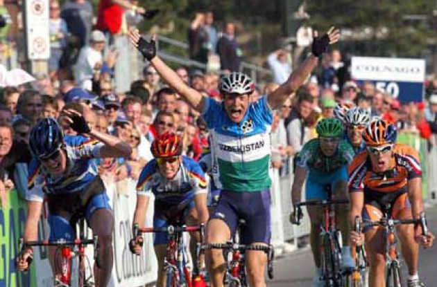 Uzbekistan's Sergey Lagutin wins the sprint and becomes World Champion. Note the happy belgian on the left :-) Photo copyright Fotoreporter Sirotti.