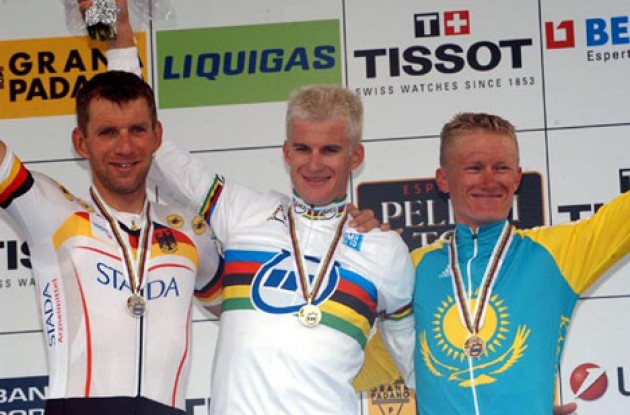 The podium. From left to right: Michael Rich (2nd - Germany), Michael Rogers (1st - Australia) and Alexandre Vinokourov (3rd - Kazakhstan). Photo copyright Fotoreporter Sirotti.